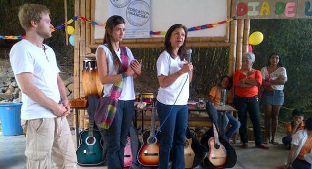 Übergabe der Instrumente für die Musiktherapie